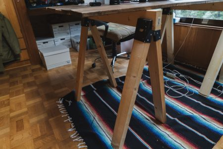 ツーバイフォー材とソーホーズブラケットで机をDIY